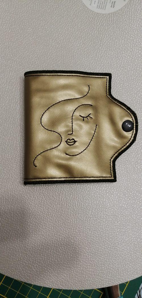 Etui pour masque barrière broderie visage coloris mordore by AMD A COUDRE