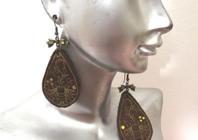 boucles d'oreilles brodées motif abeille by amd a coudre