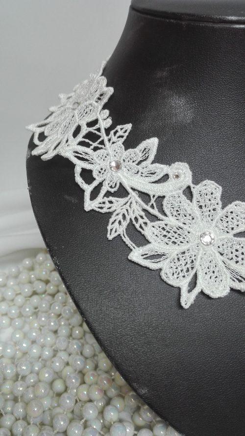 Tour de cou blanc dentelle et cristaux de Swarovski