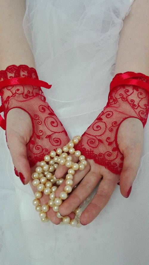 mitaines dentelle broderie sur tulle rouge