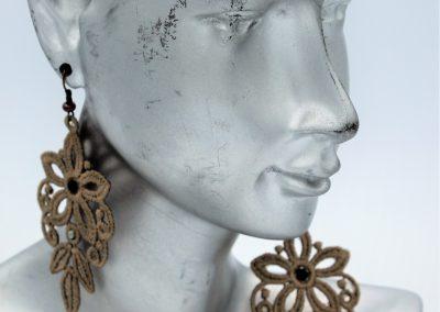 boucles d'oreilles dentelle chandelier taupe et swarovski