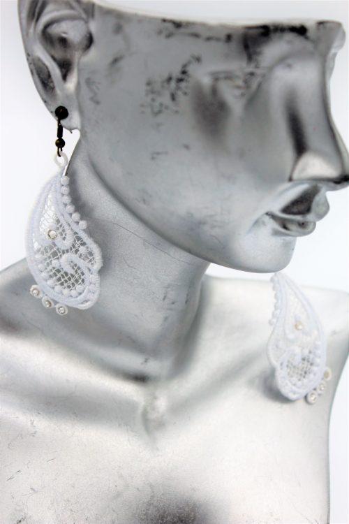 boucles d'oreilles dramatic blanches et swarovski brillants amd a coudre