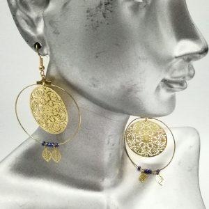 Boucles d'oreilles filigrane créoles dorées, mandala et perles de rocailles bleues